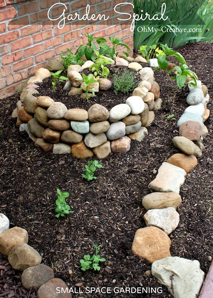 How-to-create-a-small-vegetable-garden-with-a-garden-spiral-OhMy-Creative.com_